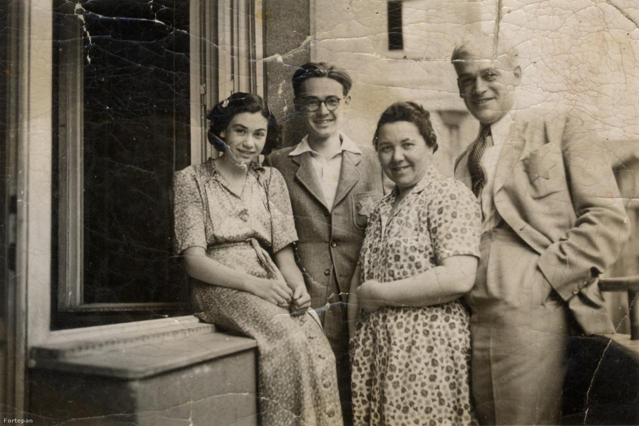 """Szilárd Vera és Tamás szüleikkel a Pannónia utca 58. harmadik emeleti erkélyén. Könnyű nyári ruha, elegáns nyári öltöny. Sárga csillag.Vera hatéves volt, amikor beköltöztek. Apja magántisztviselő Kraszner Lajos elegáns textilkereskedésében, a Deák téri Adria palotában. """"Szép csendesen éldegéltünk ott"""" - mesélte Vera a Pannónia utcáról. Előbb a Sziget utcába, majd a Szemere utcai polgáriba járt.  A nyolcadikat csak a háború után végezte el. Nem sokkal a fotók készülte után be kellett költözniük a Légrády Károly (ma Balzac) utca 15. alatti csillagos házba. Kilencen laktak a lakásban.                          1944 nyarát itt vészelték át. A házmesterfiú feljelentgette őket, időnként bejöttek a nyilasok, falhoz állították őket, fegyvert kerestek, végül elvitték az ékszereiket. Vera mégis inkább az életre emlékszik, arra, hogy sok fiatal élt a házban, és a mamája igyekezett feltáplálni, hiszen ki tudja, mi jöhet még."""