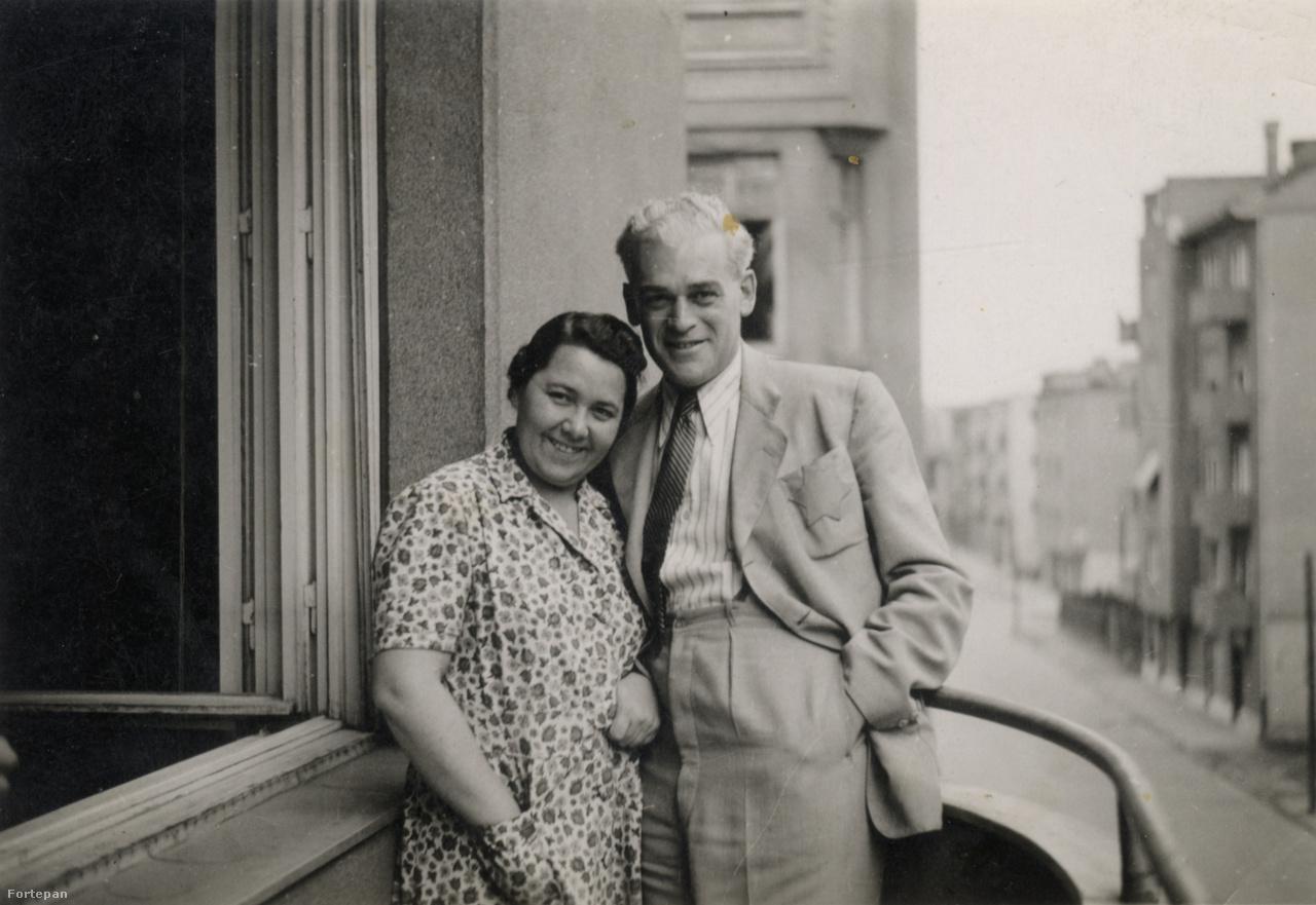 """Szilárd Andor és felesége, Weisz Erzsébet. Egy szép férfi és egy mindig vidám nő nagy, sírig tartó szerelme – mondta a századdal egyidős szülei kapcsolatáról Vera.Mindketten a Tőzsdepalotában dolgoztak, amikor 1921-ben egy félreértésből kirobbant irodai vita szerelembe fordult közöttük. 1945 májusában Szilárd Andor írta naplójába, miután az amerikaiak felszabadították a bergen-belseni táborban: """"Látod Anyukám édes, én mindig arra gondoltam, vissza kell hozzád kerülnöm, még sokkal tartozik nekünk az élet. […] haza kell rövidesen jutnom, meg KELL benneteket találnom és akkor majd leülünk beszélgetni. Tudod szívem, úgy, ahogy 21 éven át ezerszer és ezerszer beszélgettünk, terveztünk, reméltünk és örültünk."""""""