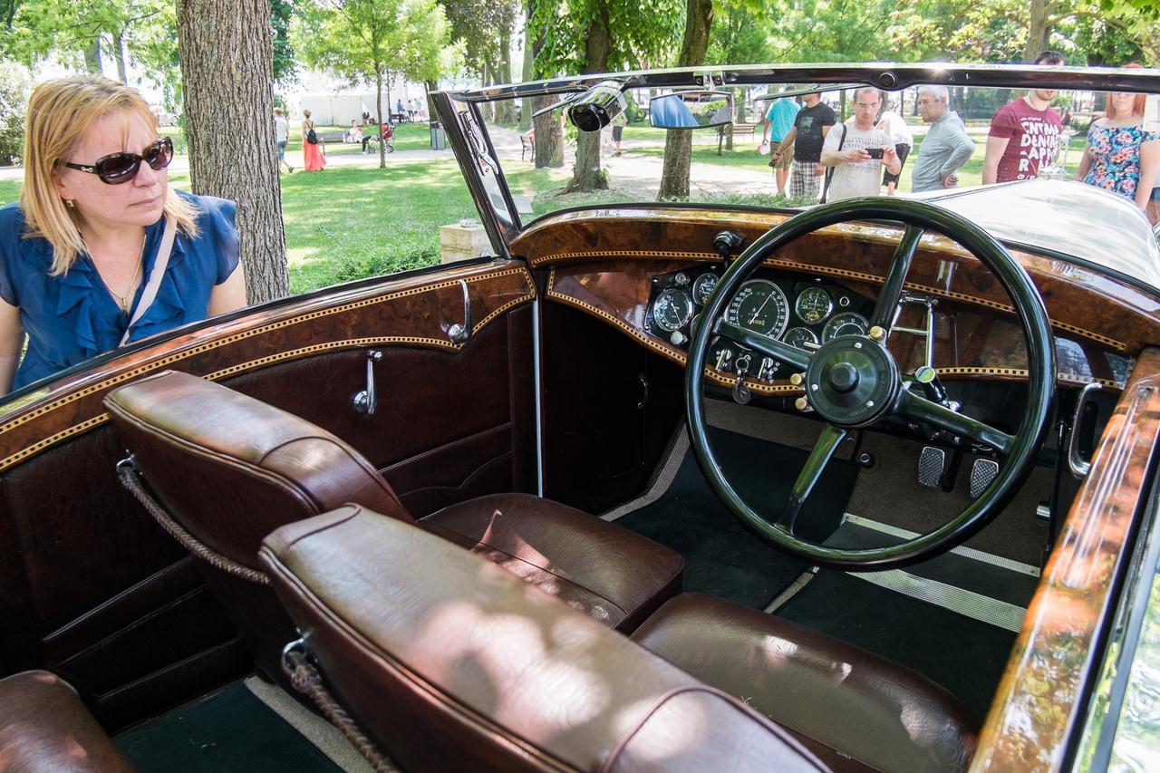 1931-től 1938-ig összesen 110 darab készült a Hispano-Suiza J12-esből. Miután valaki látta a finom, intarziás, teljesen összefázott belsőt, a kazánlemeznyi bőrből precízen varrt kárpitokat, a tengernyi műszert, már kezdi sejteni, miért oly csekély ez a szám.