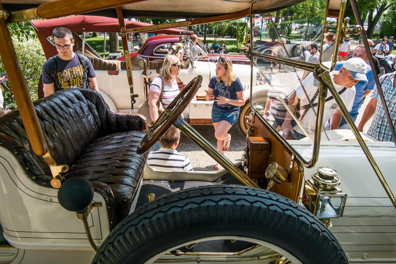 Hogy valaki fel tudja mérni az autós tudását, arra találós kérdésnek is jó lenne a következő: 1912-ben vajon hány köbcentiből tudtak kiszedni 30 lóerőt? Mivel ez nem kvíz, megsúgom: 3695-ből. Mindenki tudja, mi az a Studebaker (naná: híres amerikai autómárka, amely a 60-as években szűnt meg), de hogy az EMF? Merthogy ez az autó egy EMF-Studebaker 30-as. Valójában az EMF volt az autó igazi gyártó, a Studebaker csak a karosszériát készítette, mint a legnagyobb amerikai szekérgyártó, de végül felvásárolta az EMF részvényeit. Ezt a kocsit Ausztráliából vette a mostani szlovák tulajdonos, itt, Európában fejezte be a restaurálását.