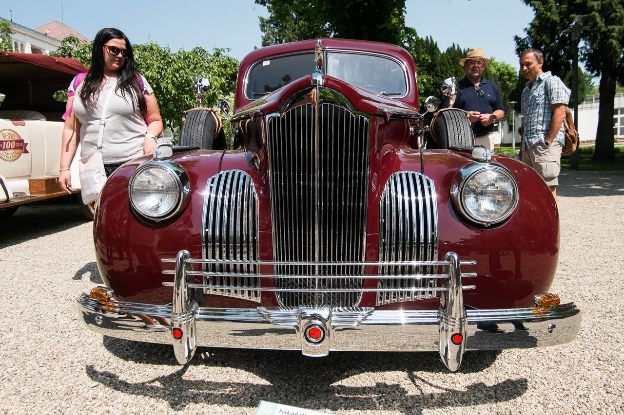 Keletiautó-guruk figyelem! Ha valaki azt hinné, valamiféle 50-es évekbeli Ziszt lát a képen, kis híján igaza is van, az oroszok ugyanis az akkori Packardokról lopták a formatervet és sok egyéb műszaki megoldást. Ez viszont itt egy eredeti Packard, a 110-es típus 1941-ből, a motorja négyliteres, 100 lóerős, sorhatos. Egészen az ezredfordulóig Amerikában használták, 2001-ben Hollandiába jutott át, majd mai magyar tulajdonosa 2016-ban vette meg, erősen felújítandó állapotban. A restaurált Packard a Concours-on mutatkozott be.