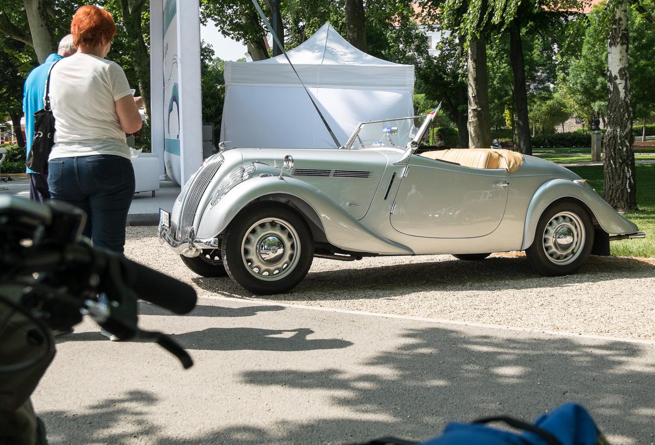Hihetetlen, hogy a Skoda ilyen autókat gyártott egykor. Persze sok nem készült efféle burzsuj termékből - még az alapjául szolgáló roadster/kupé Popular Monte Carlóból is csak hetvenet gyártottak, de ilyen áramvonalas De Luxe-kivitelből összesen négy lett.