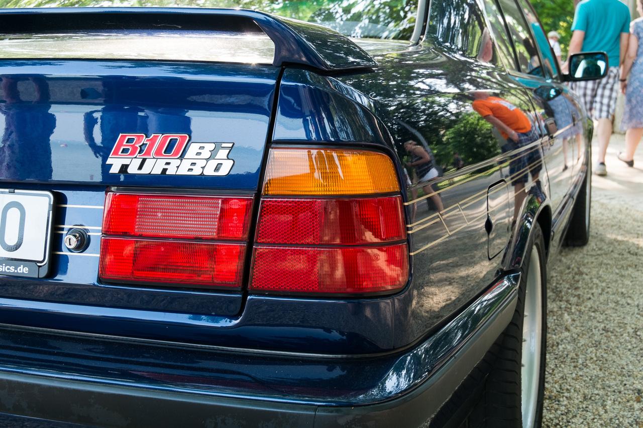 Azt a feliratot ma is érdemes komolyan venni. Az Alpina B10 Biturbo 3,5-ös, két turbóval megnyomott sorhatosa 360 lóerőt tudott, s mert ennyi ló rúgta, el is érte a 291 km/h-s sebességet. Mindez 1993-ban történt, 507 példány erejéig.