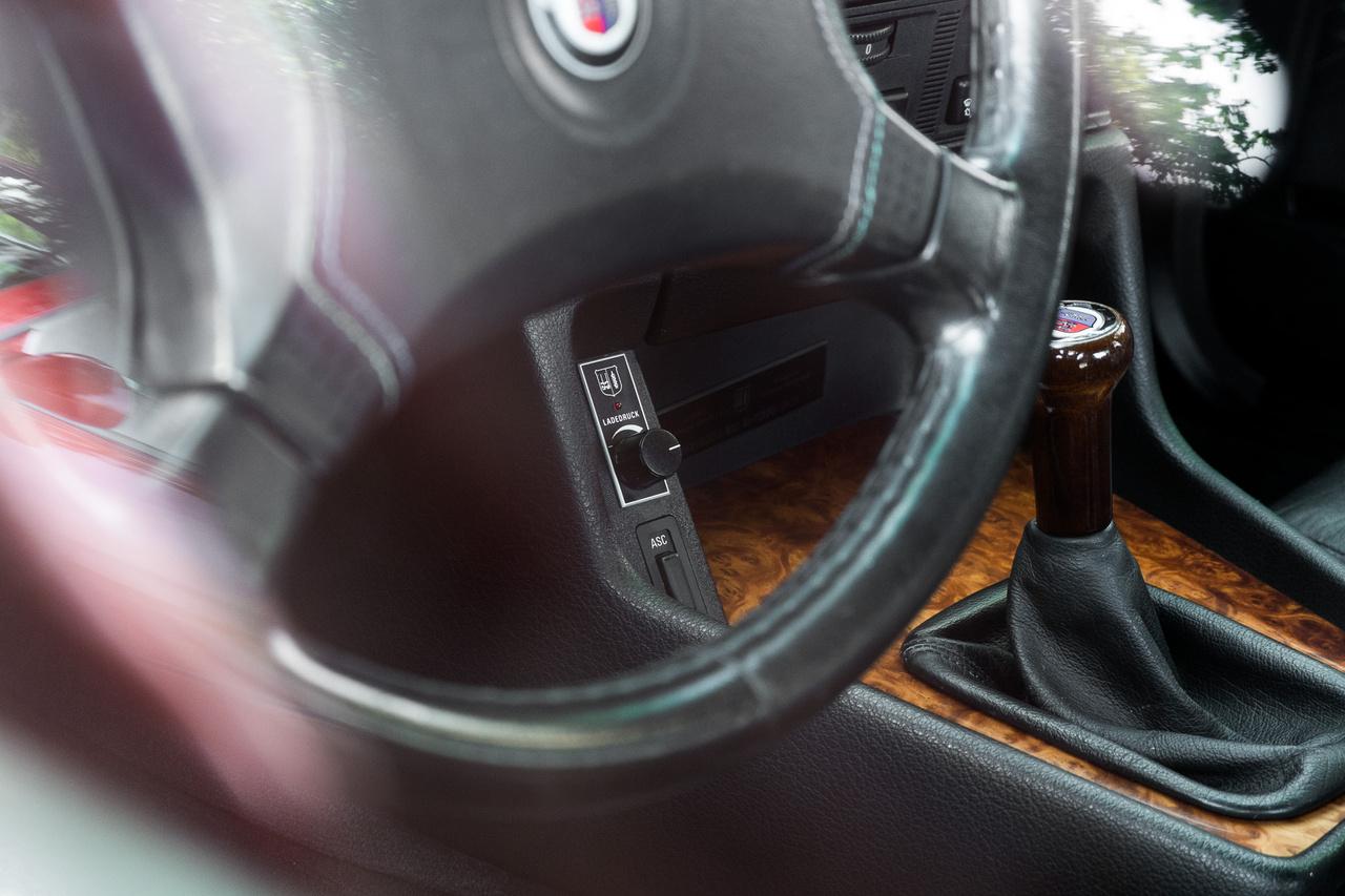 A B10 Biturbo alapja az E34-es 535i volt, de az eredetiben biztosan nem volt ilyen töltőnyomásszabályzó potméter. Ha belegondolok, hirtelen más utcai autót nem is tudnék mondani, amiben hasonlót láttam.