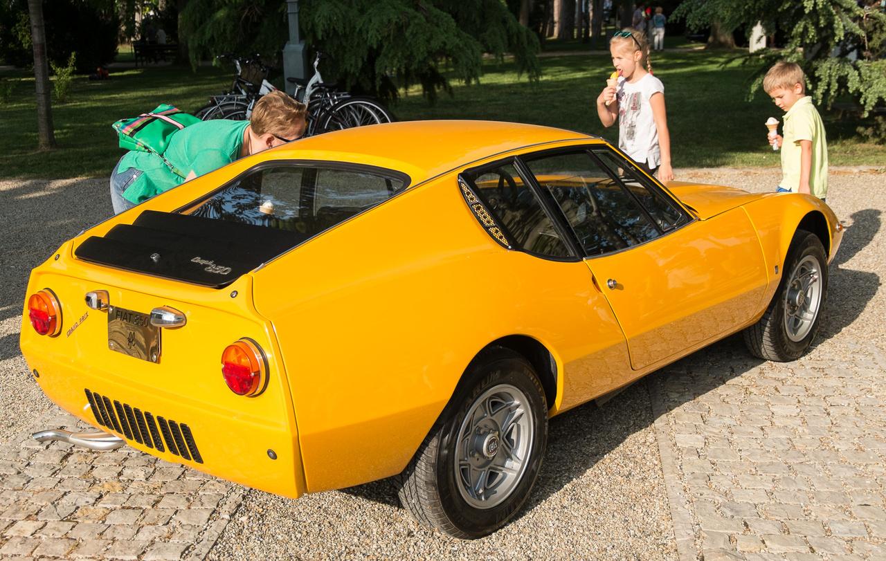 Ez az autó az, aminek bárki a hátsó lámpája alapján gondolná: egy Fiat 850-es. De nem akármilyen. A kisszériás kocsikat előállító Lombardi-műhelynél készült ez a részben alu-, részben műanyagkarosszériás, farmotoros autó, amelyet a Fiat 850 Coupé alapjaira tettek. 1969-71-ig gyártották - ez a példány pont felezi modellciklus idejét.