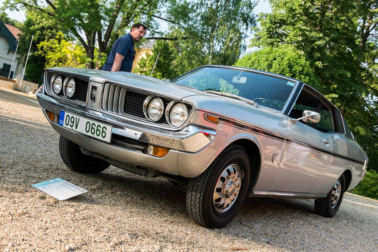 Japán autó nemigen jutott Kelet-Európába a hetvenes évek elején, pláne nem egy olyan Toyota-kupé hathengeres változata, aminek az oroszlánrészét négyhengeres blokkal szerelték. Ez a teljesen eredeti, restauráltatlan, 100 ezer kilométert futott autó a cseh Toyota-klub elnökéé, húsz évet alkudozott rá, hogy megvehesse. Ezt a 2,2 literes sorhatossal szerelt Corona MkII-t egy Svájcba emigrált cseh mérnök vette 1972-ben, de idős korában már a régi hazájában tárolta, így lett cseh az autó.