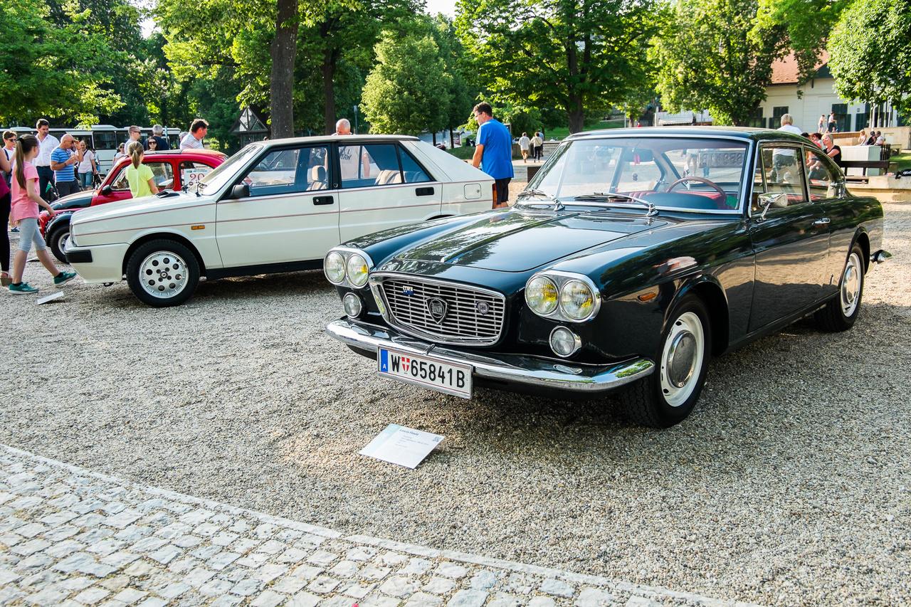 Egyik egy régi Lancia, másik pedig egy még régebbi - Delta HF és Flavia 1800 pihennek a füredi téren. Előbbi 1987-es, és egy sornégyes, kétliteres turbómotor viszi 130 lóerővel, utóbbi 1967-es és egy bokszer négyhengeres, egynyolcas szívómotor vonja 102 lóerővel.