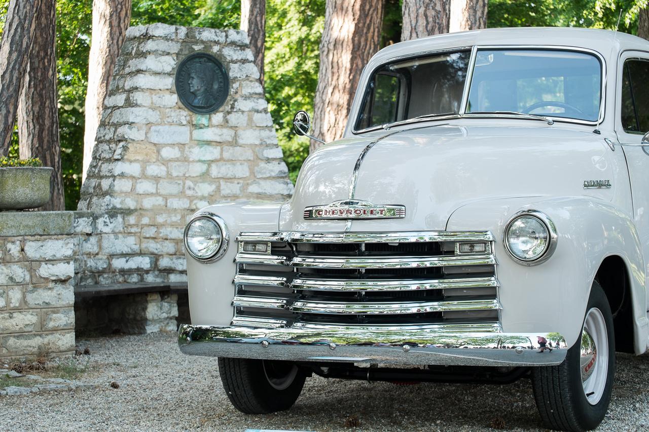 A Ford az F-szériával letarolta az amerikai pickup-piacot, a Chevrolet válasza erre pedig az Advanced Design kisteherautó-széria lett, már széles, egybehegesztett bódéval, zajcsillapítással, nagy, személyautó-szerű orr-résszel. Ez itt már egy újabb evolúciós lépést jelent, mert már egy 1952-es, 3100 típuskódú autót látunk, sorhatos, 3,5 literes, 92 lóerős motorral, nyomógombos kilincsekkel, elefántfüles ablakokkal.
