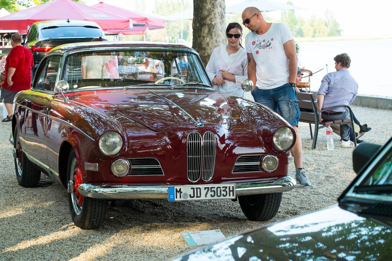 Egy csinosabb hajtás a BMW még erősen háború előtti szerkezeti elemeket hordó, alvázas szerkezetű, 500-as sorozatú fájáról. Mert ugye, az 501 és 502 volt a Barokk Angyal, amely miniszteri kocsitól taxin át rendőrautóig minden volt, az 507 volt a légiesen könnyű, annél még sokkal laposabb építésű, Albert Goerz-formatervezte roadster, a kettő között volt pedig az 503-as kupé- és kabriókivitele. 2,9-es, 140 lóerős V8-as mozgatta az 1959-es kupét.