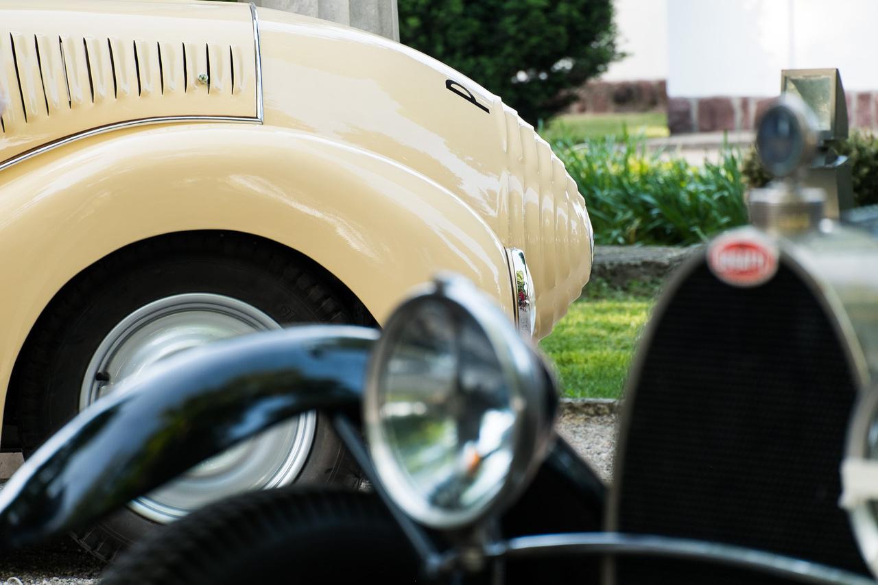 Egy gömbölyített végű rúd és egy fekete, íves nyílás találkozását látjuk a képen. Nem kell 18-as karika, egyik egy Wikov 35 Kapka, a másik egy T43-ös Bugatti.