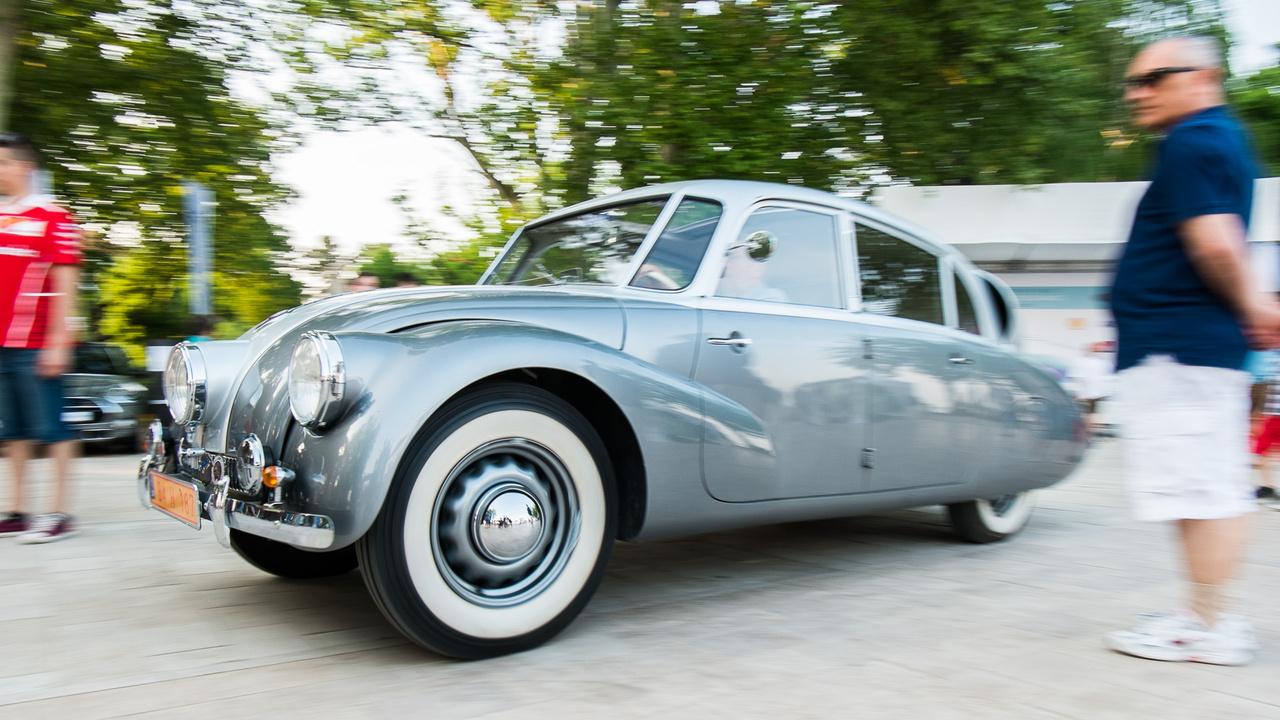Amikor ez a forma 1934-ben megjelent, olyan lehetett az utcán, mint egy földre szállt ufó, bár akkor még nem tudták, hogy lesznek valaha ufók. Egyébként ma is pont olyan. A Csehországból érkezett autó már nem az ős T77-es, hanem az eggyel újabb T87-es, tehát ez már 1939-ből származik.
