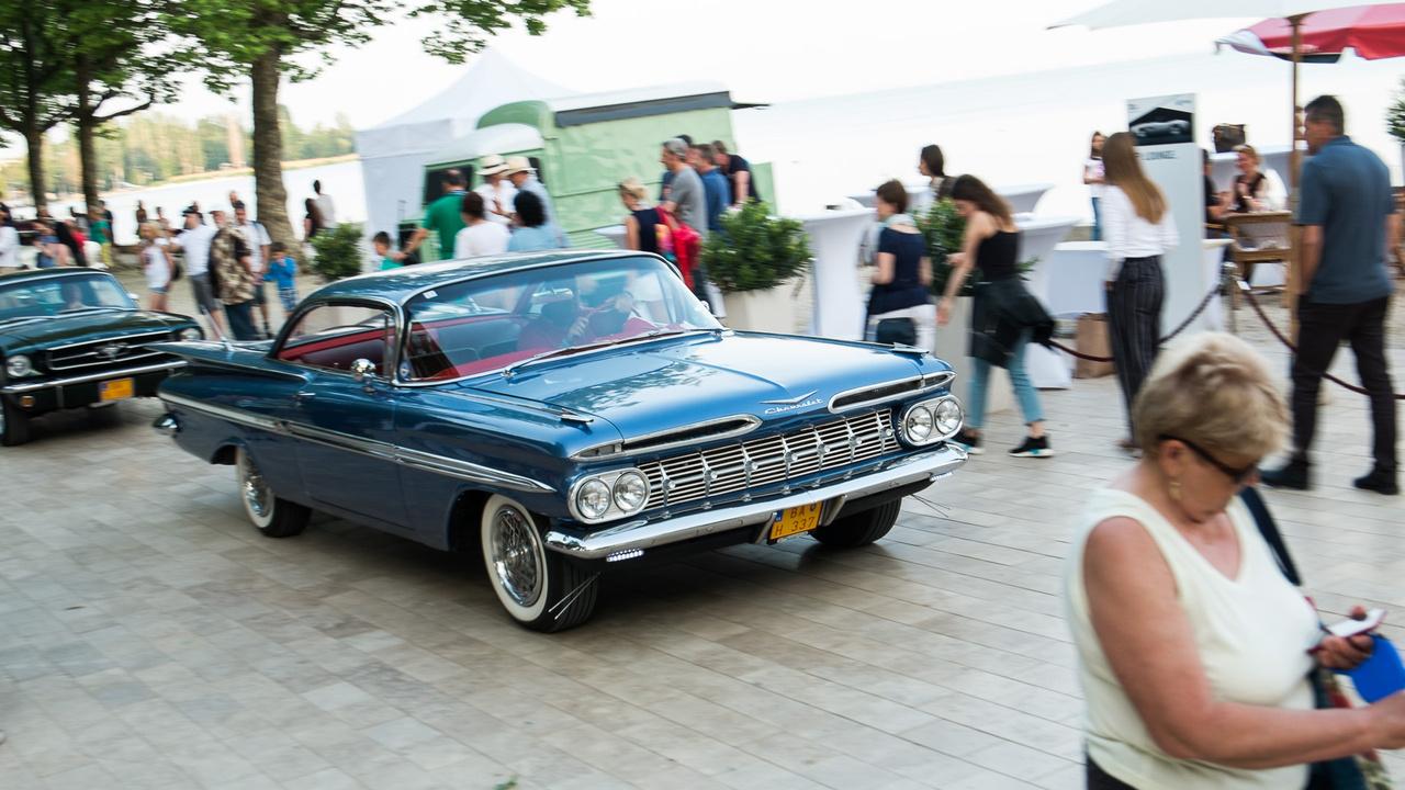 Minden Chevrolet Impala közül nekem ez a legszebb - pedig akkoriban évente váltott kinézetet a típus. Tehát itt az 1959-es Sport Coupé, a jellegzetes, óriási szárnyakkal, ívelt szélvédőkkel, B oszlop nélküli oldallal, nagy orrlyukakkal a maszk fölötti sávban.5,4 méter, 5,7 liter, 250 lóerő.