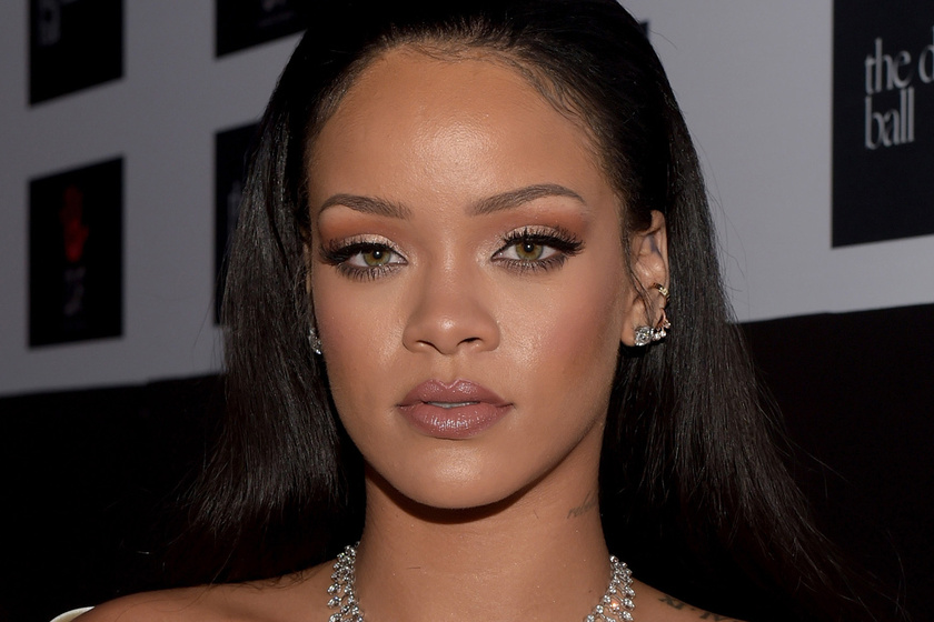 Szexi fűzőben pózol Rihanna - Dús idomait imádják a rajongók 0513127c8a