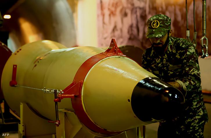 Az Iszlám Forradalmi Gárda egy tagja egy rakétaindító mellett Iránban 2016. március 8-án