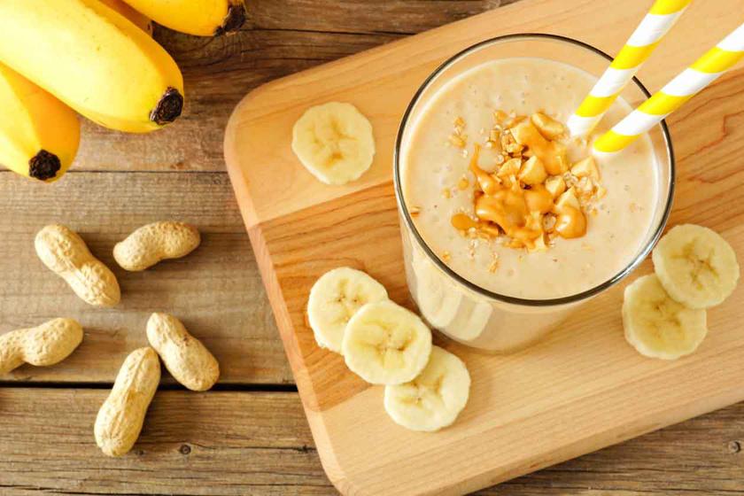 200 milliliter frissen facsart narancsléből, két-három evőkanál zsírszegény joghurtból, két evőkanál házi mogyoróvajból és fél banánból ínycsiklandó turmixot készíthetsz. Ez a mennyiség 370 kalóriát és 12 gramm fehérjét tartalmaz.