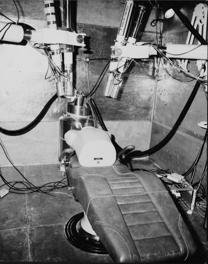 Sugárterhelést mérő műszeres orvosi szoba, aminek falai csatahajóból származó acéllemezekkel van borítva
