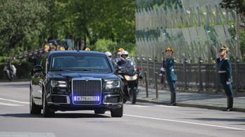 Putyin végre beült az 52 milliárd forintért fejlesztett kocsijába