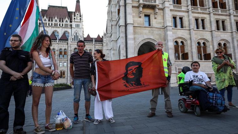 Párszáz ember jelent meg az alakuló ülésre időzített első tüntetésen
