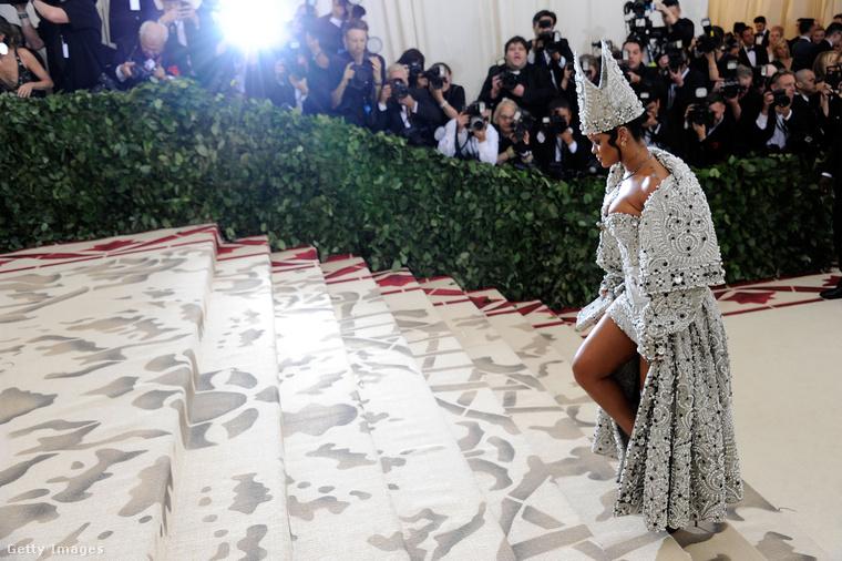 Hétfő este New Yorkban megvolt a Metropolitan Museum of Artban a divatvilág éves legpuccosabb eseménye, a múzeum divatintézetének, vagyis inkább Costume Institute-jának a bálja, az úgynevezett Met-gála