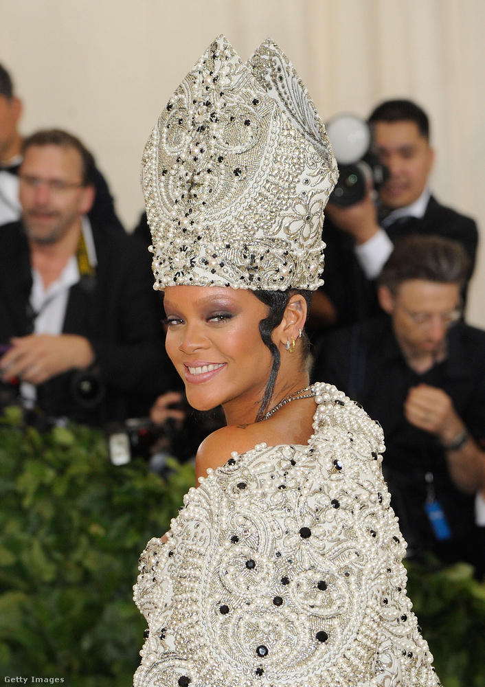 Rihanna egyébként nem hiányozhatott erről a Met-gáláról, már csak következő filmszerepe miatt sem.