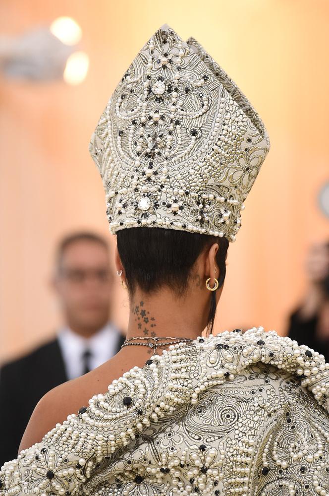 Ilyen a kontraszt Rihanna püspöksüvege és nyaktetoválása miatt.
