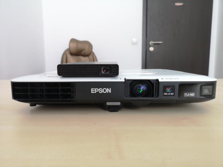 Telefonméretű és laptopméretű projektorok