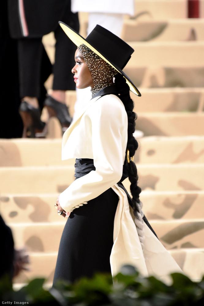 A színész-énekesnő azonban oldalról egyértelműen csak egy kalapos nőnek tűnik