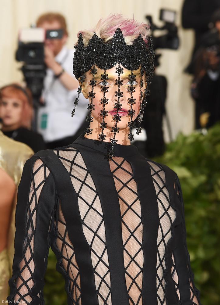 Még szexibb lenne ez a dressz, ha a meztelenség illúzióját kelteni hivatott két betét a ruha felsőjének két szélén színben közelebb állna Delevingne bőrszínéhez, de azért még így is itt a modell helye a 10 legszexibb között