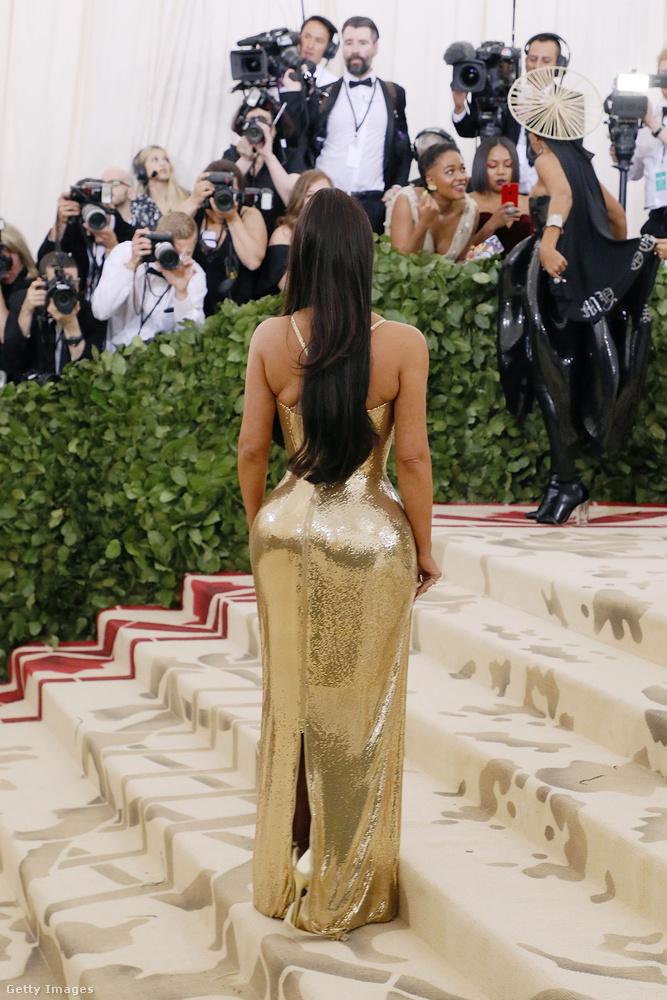 Ha az előző képen nem figyelte meg, akkor lapozzon vissza, mert Kim Kardashian szettjében nem a nagy aranyfenék utal a katolikus képzelőerőre, hanem a ruha elején látható keresztek.