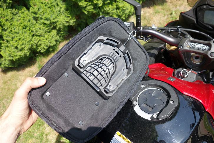 Az SW tankgyűrűje elég masszív, de táska kioldóját kesztyűben nehéz megtalálni.