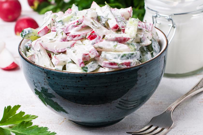 Könnyű, joghurtos saláta friss zöldségekből: ez az öntet jobb, mint a majonézes
