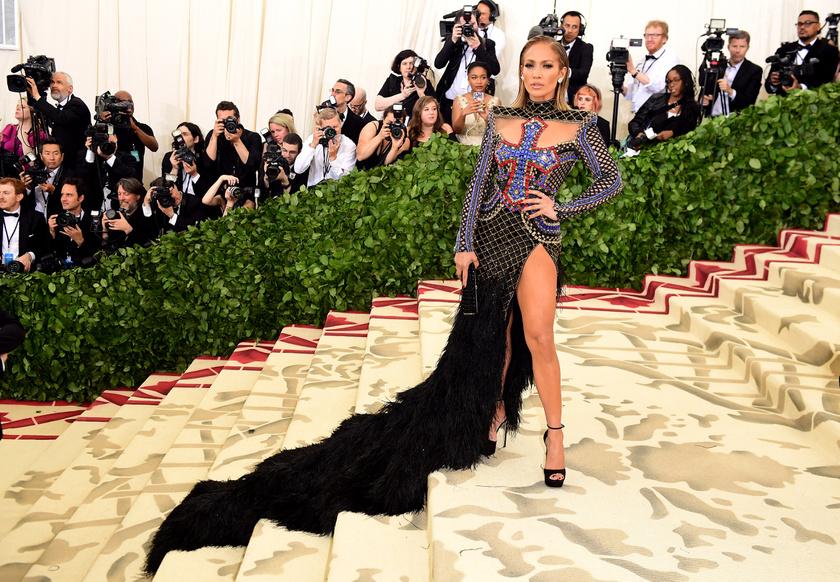 Jennifer Lopez megvillantotta hosszú combjait ebben az igencsak magasan felsliccelt Balmain-estélyiben.