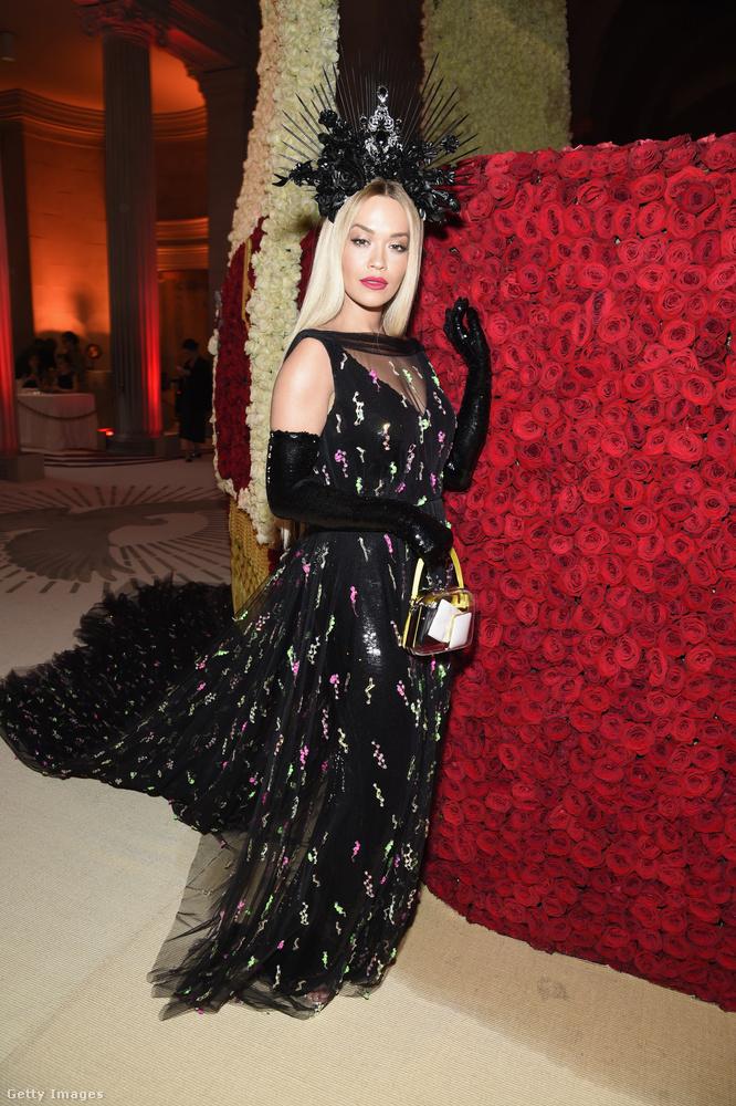 Rita Ora is feketében volt egy fura fejdísszel.
