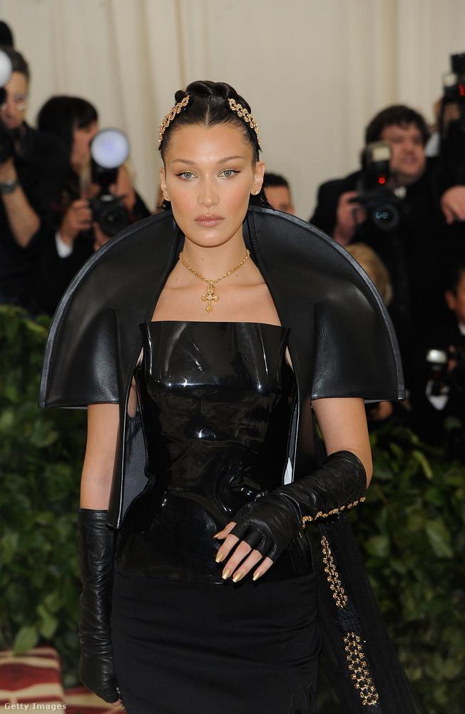 Nagyon hasonló stílusban öltözött fel Bella Hadid is, csak nála a félköríves motívum nem a csípőt keríti körbe, hanem a vállat.