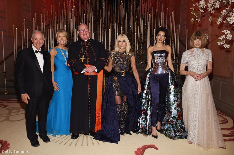 Na és most idekevertük a sok vallásos ruhában gálázó híresség közé ezt a csoportképet