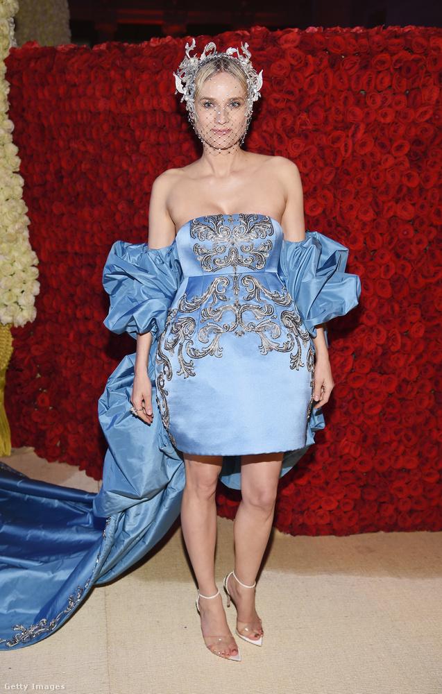 Folytassuk Diane Krugerrel, aki szintén Szűz Mária kékjét választotta aznap, de a szoknyája fazonja nekünk kicsit előnytelennek tűnik.