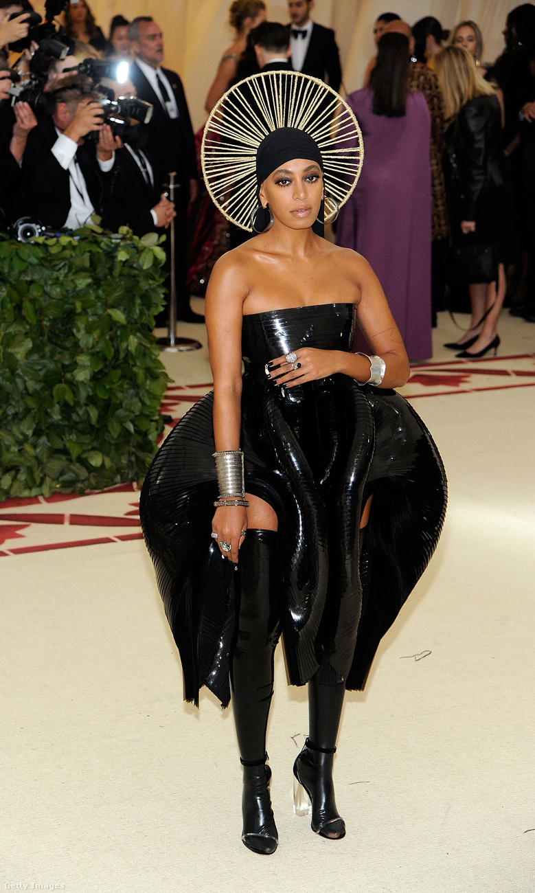 Csomó fekete öltözék volt ezen a bálon, Solange Knowles például így nézett ki, dehát tőle megszoktuk a furcsaságokat.