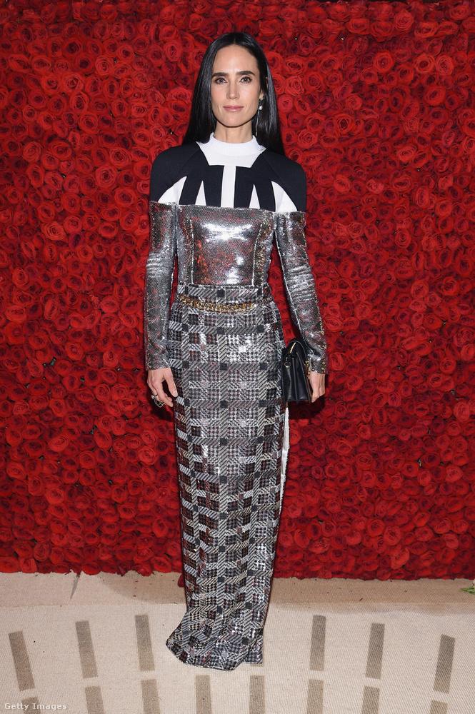 Jennifer Connelynek se áll jól ez a ruha különösebben.
