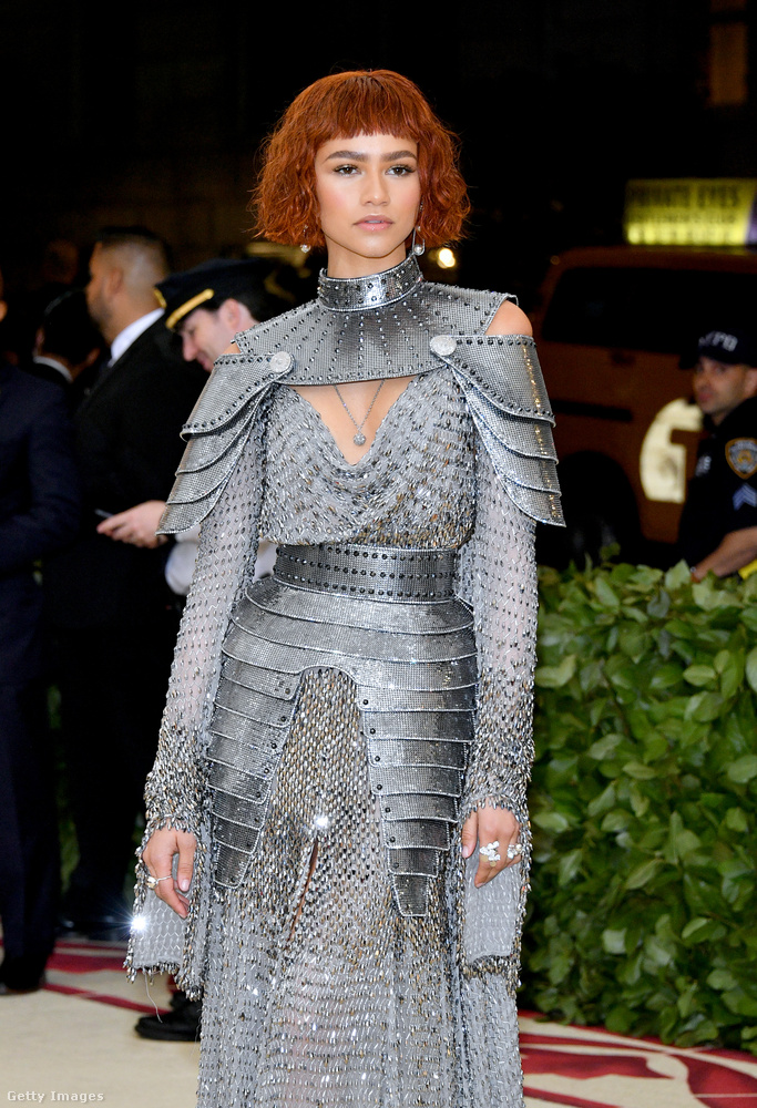 Sokkal jobban idézte fémes-lovagnős kosztümmel Jeanne D'Arc szellemét Zendaya, aki már egy ideje a kedvenc hírességeink közé tartozik, ha az öltözködésről van szó