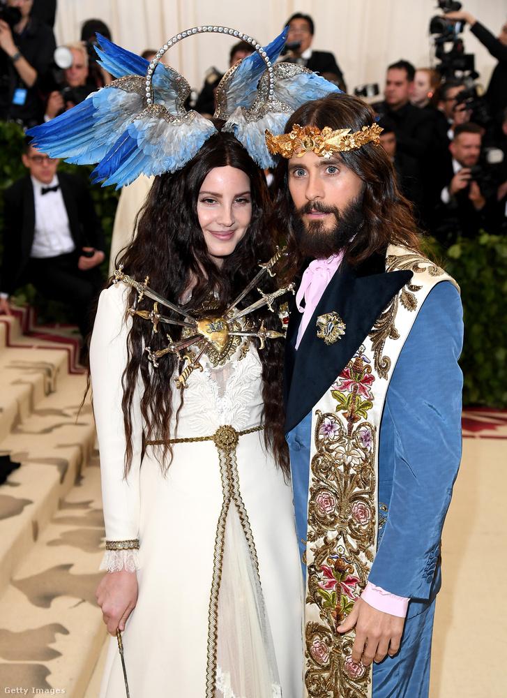 Itt Jared Leto eléggé jézusszerű, Lana del Rey pedig kifejezetten Szűz Máriának van öltözve, hiszen Szűz Mária az, akinek hét tőr szúrja át a szívét a hagyományos ábrázolásokon