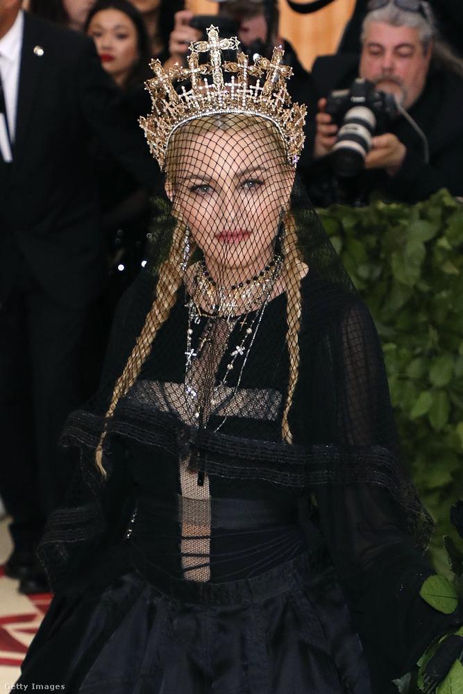 Na még egy szűzmária, vagyis Madonna, vagyis a mennyek királynője kereszt alakú dekoltázzsal, de feketében