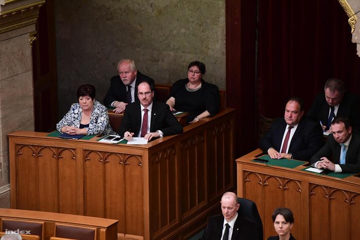 Pálffy Ilona és Patyi András (balra) a Parlament alakuló ülésén
