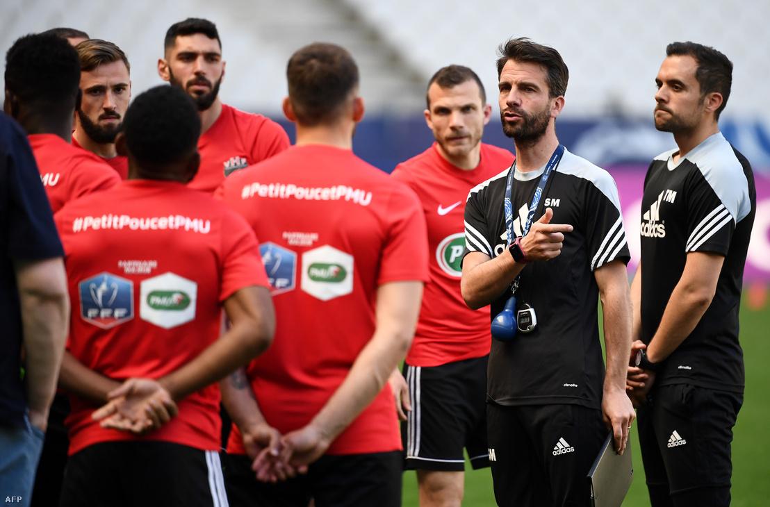 Stephane Masala vezető edző beszél játékosaival a hétfői edzésen