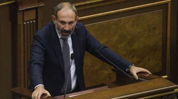 Beiktatták az utcai tüntetésekkel győztes örmény kormányfőt