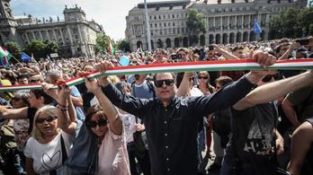 Kordonok nélküli, pár százas tüntetés kísérte végig az alakuló ülést
