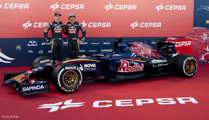 A 17 éves holland Max Verstappen (b) és csapattársa a spanyol Carlos Sainz Vazquez de Castro bemutatja a Forma-1-es autós gyorsasági világbajnokságban szereplõ Scuderia Toro Rosso csapat új 2015-ös szezonra épített versenyautóját a dél-spanyolországi Jerez versenypályáján 2015. január 31-én.