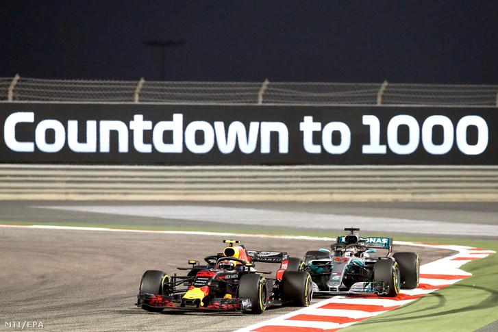 A holland Max Verstappen, a Red Bull (b) és a brit Lewis Hamilton, a Mercedes versenyzője a Forma-1-es autós gyorsasági világbajnokság Bahreini Nagydíján a szahíri pályán 2018. április 8-án.