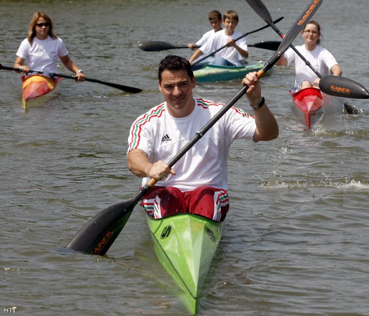 Gyulay Zsolt kétszeres olimpiai bajnok kajakozó a MOB alelnöke Gyomaendrődön a Körös Kajak vízi sport egyesület fiatal sportolóival szállt vízre a XIX. Kihívás Napján 2009-ben.