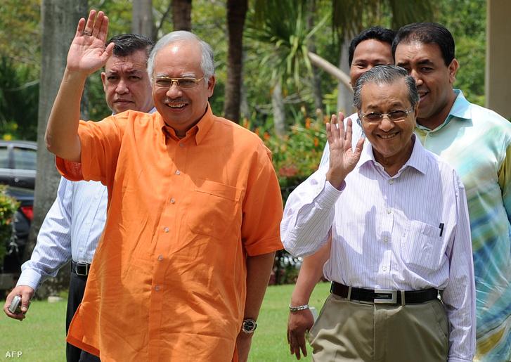 Najib Razak és Mahathir Mohamad érkezik egy nemzetközi sajtótájékoztatóra 2009-ben.