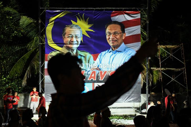 Mahathir és Anwar közös választási oriásplakátja